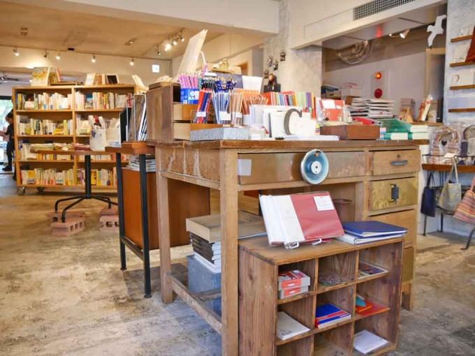 神楽坂「かもめブックス」の店内のノートやペーンを販売しているコーナーの写真