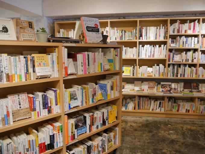 神楽坂「かもめブックス」の店内の本棚にたくさん本が並んでいる写真