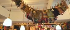 茶色や黄緑の毛糸アイテムや毛糸玉が並ぶ浅草橋の毛糸専門店「Keito(ケイト)」店内の写真
