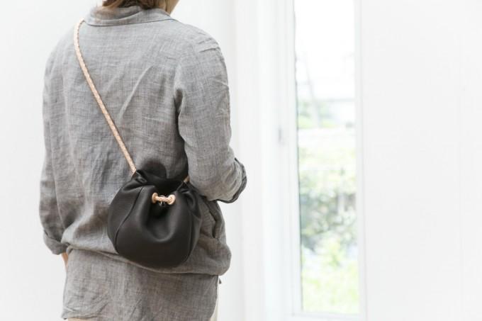 レザーバッグブランド「ヌイトメル」の巾着バッグ着用写真
