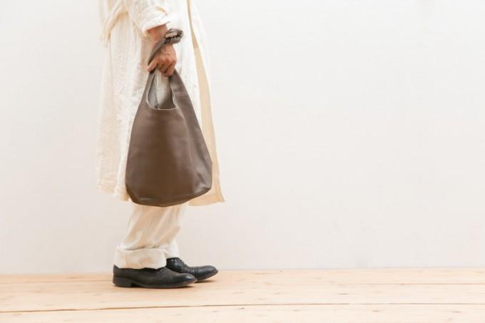 レザーバッグブランド「ヌイトメル」の結ぶトートバッグ