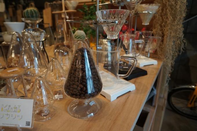 コーヒードリッパー「リカドリ」やガラス瓶などがディスプレイされた清澄白河「リカシツ」の店内の写真