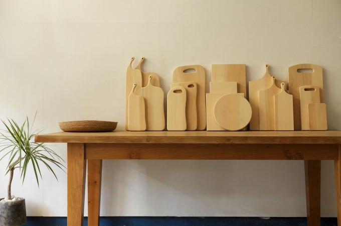 机の上に並んだwoodpecker(ウッドペッカー)のイチョウの木で作ったまな板数種類
