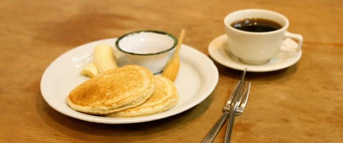 バナナとコーヒーが添えられたマリールゥのパンケーキミックスを使用して作ったパンケーキ2枚