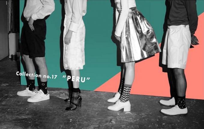 MARCOMONDE(マルコモンド)のソックスを履いた女性2人と男性2人の脚