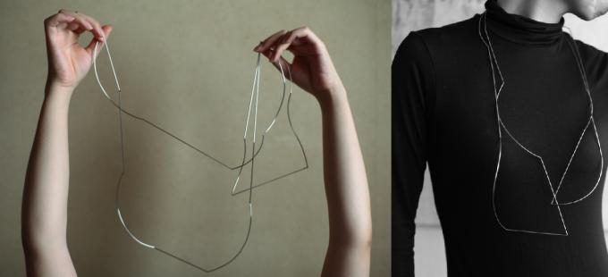 moi.toi.(モワトワ)の曲線と直線の金属を組み合わせたネックレス着用写真