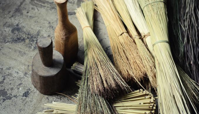 藁(わら)の束数本と藁細工で使う道具2種類