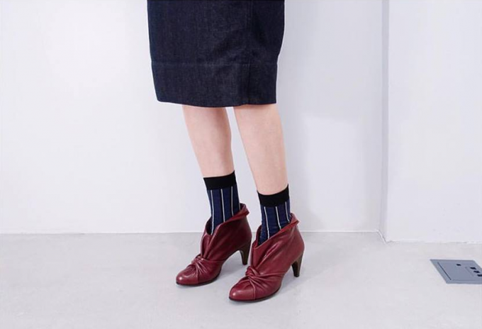 MARCOMONDE(マルコモンド)のソックスを履いた女性の脚