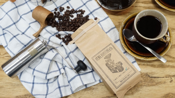 袋から散らばるIFNi  ROASTING & CO.(イフニ ロースティングアンドコー)のコーヒー豆