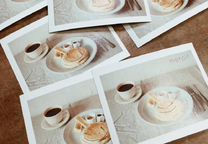 マリールゥのパンケーキミックスを使用して作ったパンケーキのプリントアウトされた写真数枚