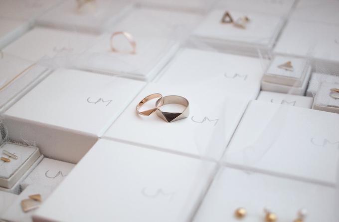 uM(ユーム)のロゴが印刷されたパッケージの上に乗ったシルバーを使ったリング2種類