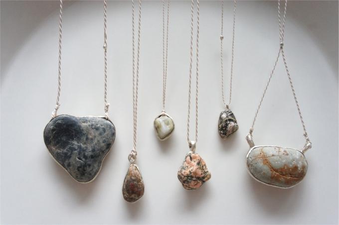ao(アオ)の海に落ちている石をそのまま使って作られたネックレス6種類