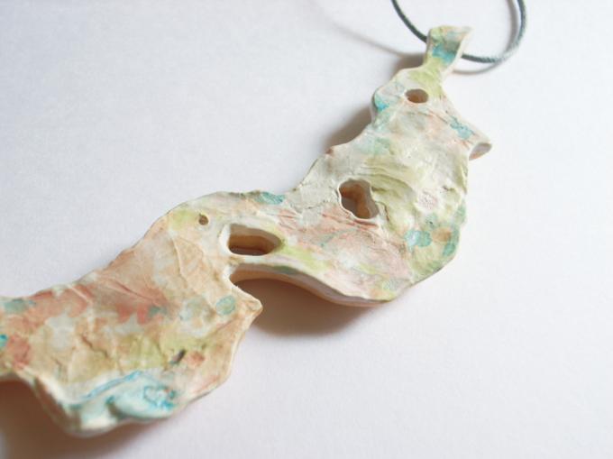 moi.toi.(モワトワ)の木にキャベツの葉を貼り付けたネックレス