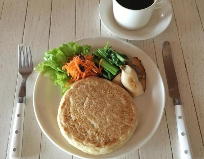マリールゥのパンケーキミックスを使用して作ったパンケーキと野菜と珈琲