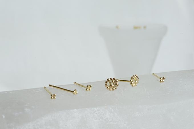 ao(アオ)の粒金(グラニュレーション)という技術で作られた金属のピアス数種類