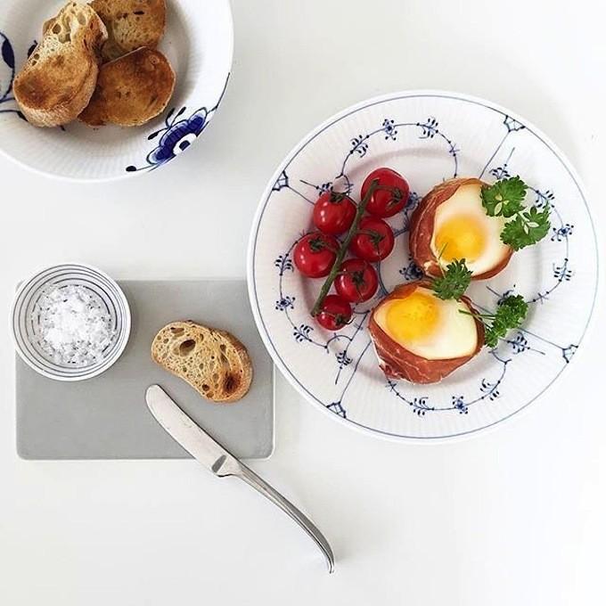 ロイヤルコペンハーゲンのお皿を用いた食卓イメージ