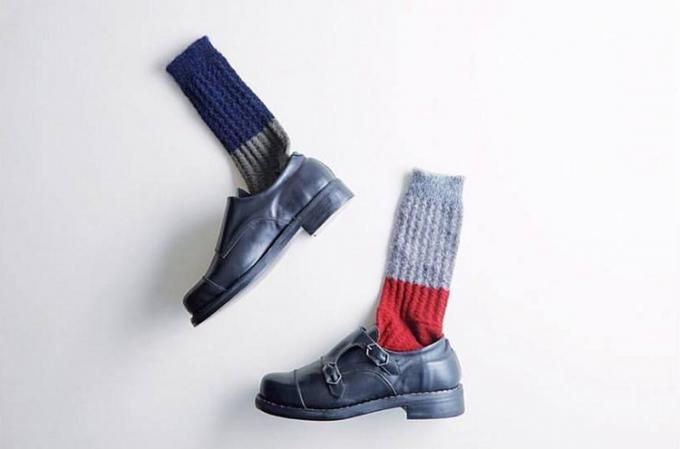 革靴を履いたMARCOMONDE(マルコモンド)のツートーンカラーソックス2種類