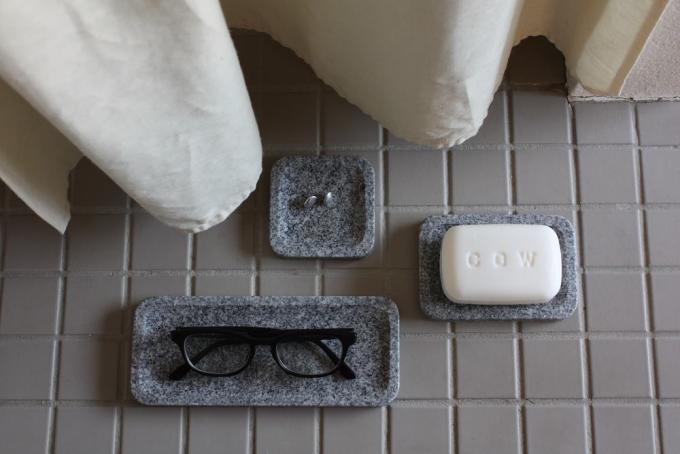 眼鏡などの雑貨が乗ったAJI PROJECT(アジプロジェクト)の石材を使用したプレート3種類