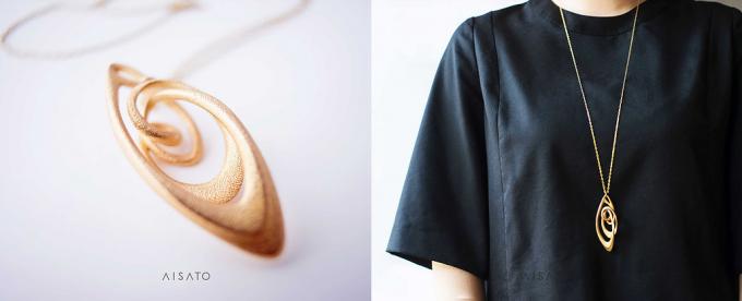 aisato(アイサトウ)の金属がループしたデザインのネックレスと着用画像