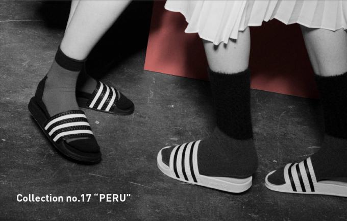MARCOMONDE(マルコモンド)のソックスを履いた女性二人の脚