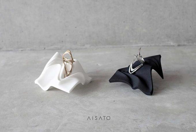 aisato(アイサトウ)オリジナルデザインのリングスタンドの上に乗ったリング2種類