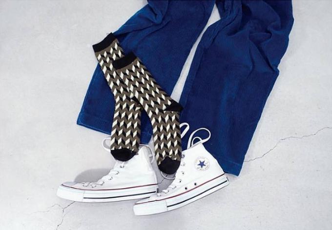 パンツと靴の上に置かれたMARCOMONDE(マルコモンド)のソックス