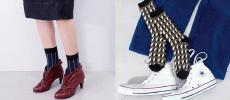 MARCOMONDE(マルコモンド)のソックスを履いた女性の脚とパンツと靴の上に置かれたソックス