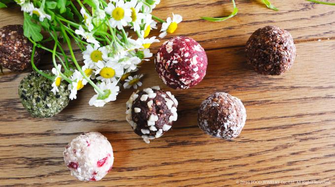 低カロリーでヘルシースイーツのブリスボールと花