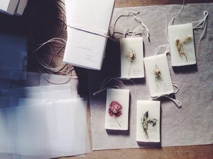 card-ya(カードヤ)の蜜ろうを使った植物標本数種類と専用の箱数個
