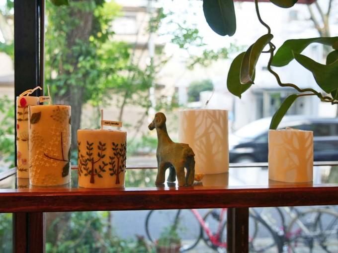「北白川ちせ」の窓際にディスプレイされたキャンドルと山羊のオブジェ