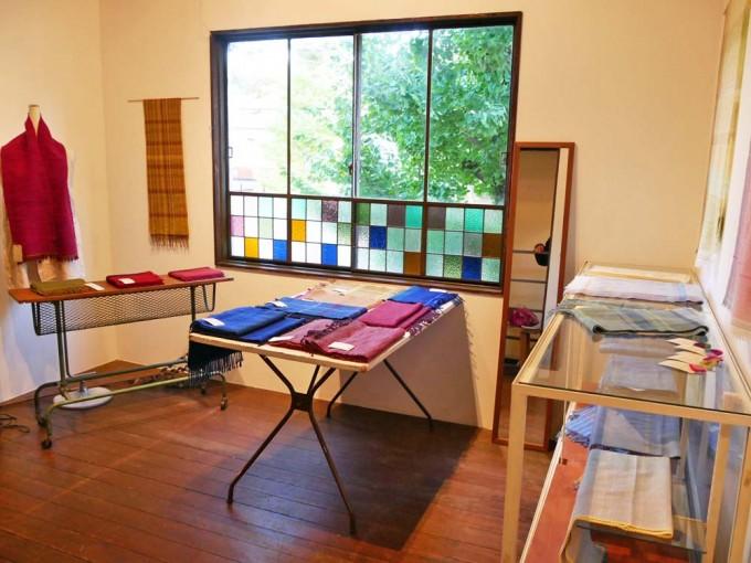 「kuuge textile」のストールが展示された北白川ちせのギャラリー