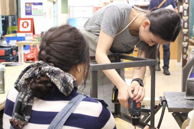 DIY FACTORYの講師が電気ドリルを使っているところ