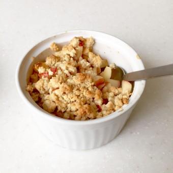 温かくてヘルシーなおやつ、メープルシロップを使った「アップルクランブル」のレシピ
