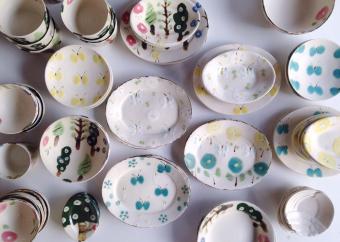 ほっとする色使いが魅力。石木文さんがつくるお皿で明るく楽しい食卓を