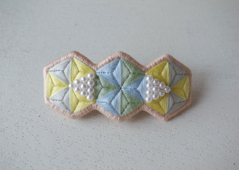 やさしい色合いと幾何学模様が印象的。「plomme」の刺繍アクセサリー