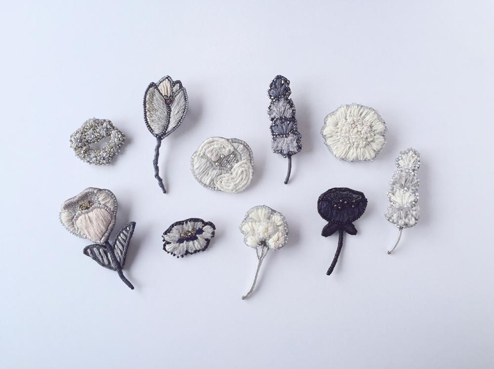 カラフルなパーツや繊細な形の『花モチーフのアクセサリー』で加える、春らしいワンポイント。