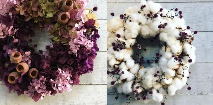 壁にかかっているUMIWREATH(ウミリース)のリース2種類(紫、白)