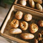 せわしない年の瀬にもブレイクタイムを。陽の当たる店内でのんびり味わう「うぐいすと穀雨」のパン