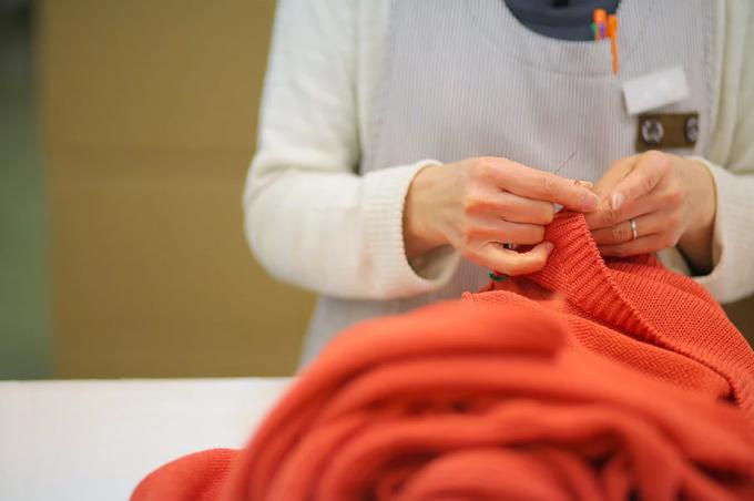 toiro(トイロ)のニットを制作している女性の手