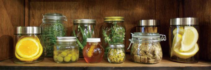 瓶に入っているフルーツや植物の写真