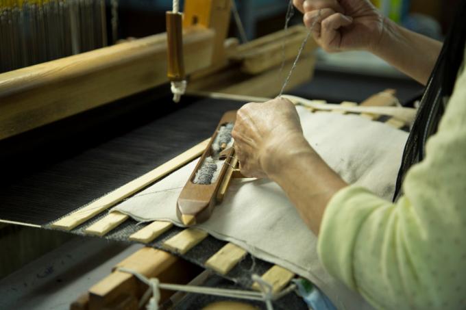 KUSKA(クスカ)のテキスタイルを手織りしている様子