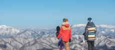 雪山にいるスノーボーダーの2人
