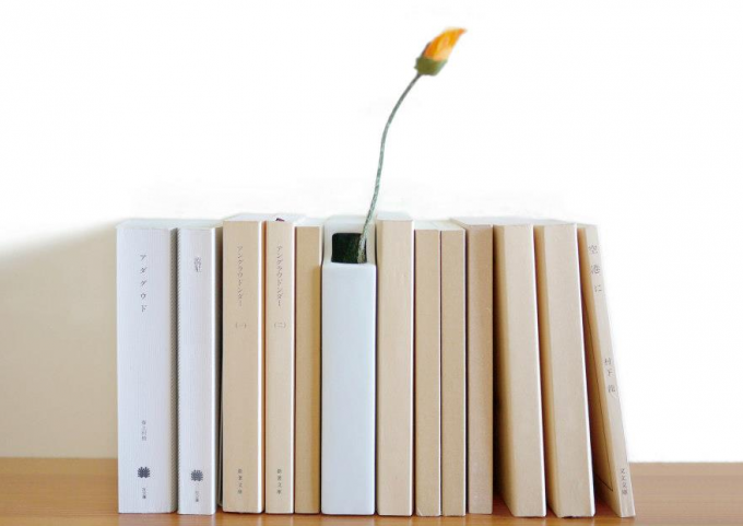 何冊かの本の間に挟まっている224porcelain(224ポーセリン)の本型フラワーベース
