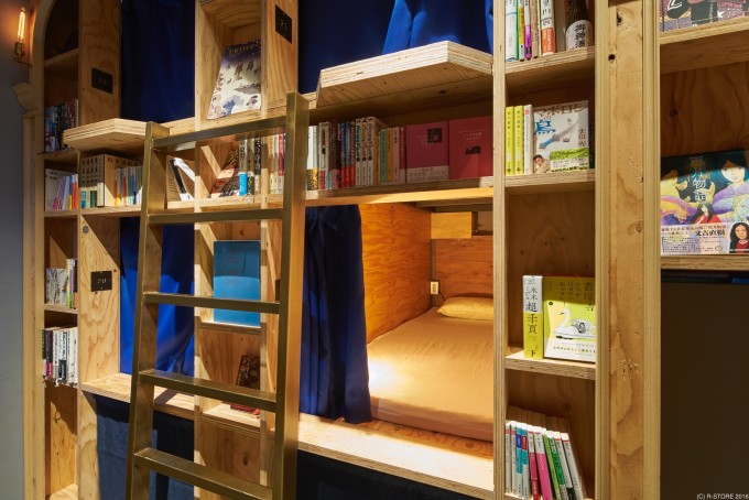 BOOK AND BED TOKYO(ブックアンドベッドトーキョー)京都店の本棚とベッド