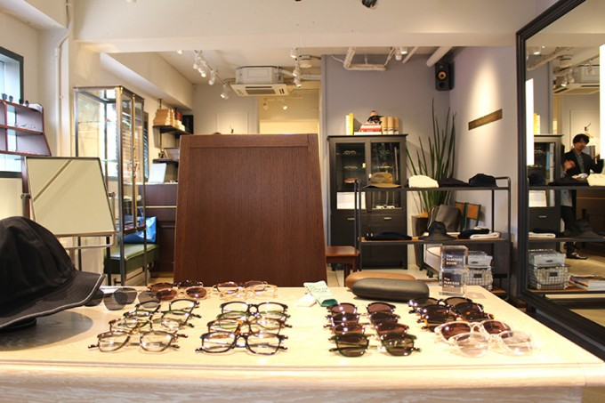「The PARKSIDE ROOM 吉祥寺」のオリジナルブランドのメガネやサングラスの陳列風景