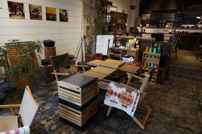 木のアウトドア家具やシェルフやボックスが並んでいるINOUT(イナウト)の店内