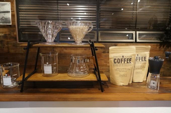 コーヒーサーバーとビーカーとコーヒー豆がが並ぶINOUT(イナウト)の店内