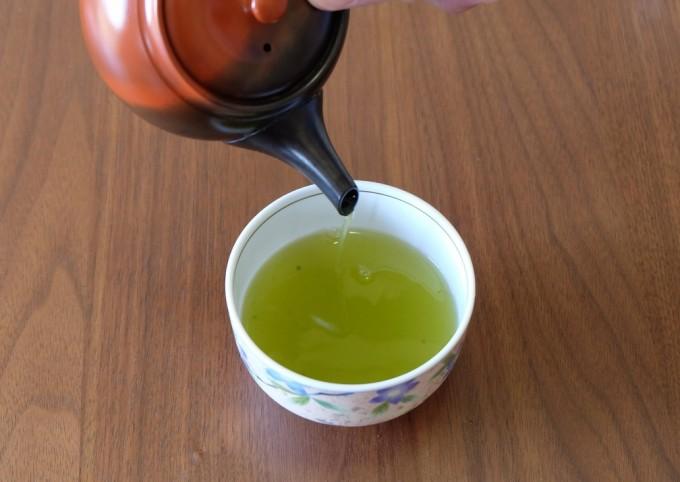 急須で日本茶を入れているところ
