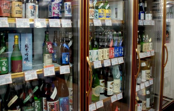 鈴木酒販の日本酒の一升瓶が並んだショーケース