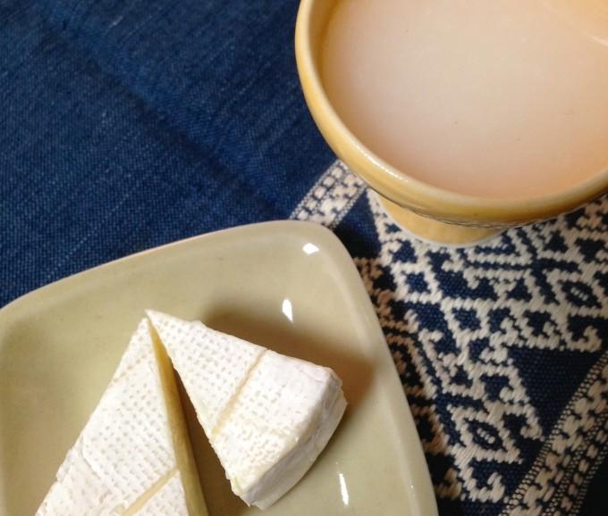 青い布の上の濁り種とカマンベールチーズ